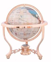 Niewielkich rozmiarów globus utrzymany w jasnej kolorystyce może stanowić piękne uzupełnienie nowoczesnego wnętrza.