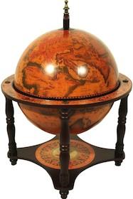 Ładny globus z historyczną mapą, całość utrzymana w ciepłych kolorach. Konstrukcja drewniana. Średnica kuli 33 cm.