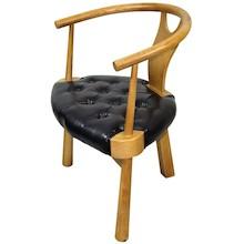 Bardzo stylowe, a jednocześnie nietuzinkowe krzesło z podłokietnikami to efektowny i gustowny mebel, który zwróci uwagę bardzo wielu osób. Prezentuje...
