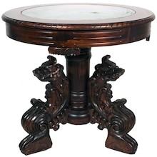 Bogato zdobiony stolik to wyjątkowa ozdoba każdego wnętrza. To mebel jedyny w swoim rodzaju, który na pewno usatysfakcjonuje nawet bardzo wymagające...