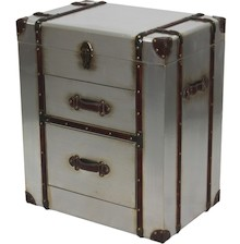 Niezwykle oryginalna komoda przypominająca podróżny kufer to wyjątkowy mebel, obok którego trudno przejść obojętnie. Wyróżnia się niecodzienną, a...