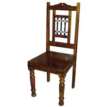 Bardzo efektowne krzesło z ciekawymi zdobieniami wniesie do każdej aranżacji nieco kolonialnego stylu. To elegancki mebel, który na pewno zwróci uwagę...