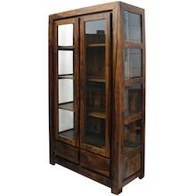 Regał kolonialny w drewnianej, egzotycznej ramie, otoczony szklanymi ściankami i frontem ze szprosami, to przepiękny mebel do salonu lubinnego...