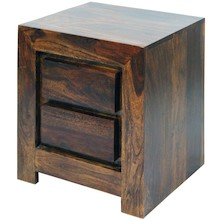 Zgrabna i masywna szafka nocna w stylu kolonialnym. Prosta konstrukcja bez dodatkowych uchwytów, powoduje że mebel może pasować do wnętrz urządzonych w...