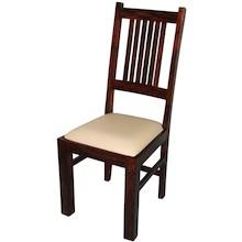 Proste krzesło o klasycznej, dość neutralnej stylistyce będzie się świetnie prezentowało w najróżniejszych wnętrzach. Może być znakomitym...