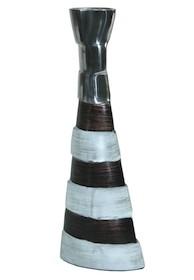 Elegancki wazon z aluminium będzie doskonałym rozwiązaniem do wszystkich stylowych wnętrz. Doda wiele ciekawego charakteru aranżacjom klasycznym, a...