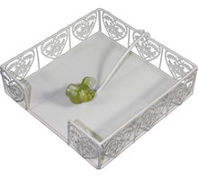 Biały, metalowy serwetnik będzie doskonałą ozdobą każdej kuchni lub jadalni. Stanie się gustowną i bardzo efektowna dekoracją w każdej aranżacji, a...