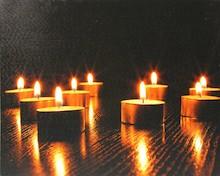 Piękny obrazek przedstawiający zapalone świece wygląda bardzo nastrojowo, zmysłowo. Stanie się ciekawą dekoracją w każdym wnętrzu. Może być...