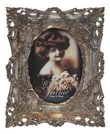 Bogato zdobiona, bardzo efektowna ramka na zdjęcia w stylu vintage to doskonałe rozwiązanie do wszystkich klasycznie urządzonych wnętrz. Prezentuje się...