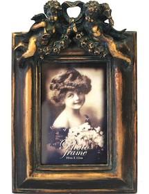 Elegancka i bardzo efektowna ramka na zdjęcia będzie wyjątkową ozdobą w każdym wnętrzu. Świetnie się sprawdzi w każdym salonie czy szykownym...