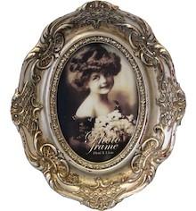 Bardzo stylowa ramka na zdjęcia wniesie do każdego wnętrza nieco stylu vintage. Dzięki bogatym i gustownym zdobieniom zwróci uwagę nawet bardzo...