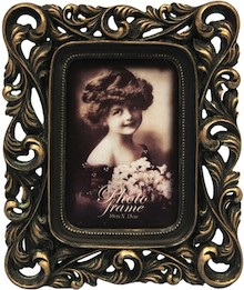 Bardzo stylowa, bogato zdobiona ramka na zdjęcia może być znakomitym rozwiązaniem do wszystkich eleganckich wnętrz. Sprawdzi się w każdym salonie,...
