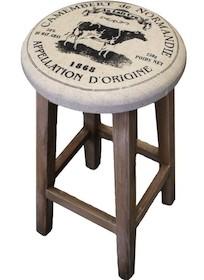 Prosty taboret z miękkim, okrągłym,tapicerowanym siedziskiem. Cztery drewniane nogi zespolone łączynami. Wygodny i praktyczny mebel, niezbędnik w...