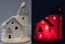 Przepiękna konstrukcja domku z dzwonnicą/wieżą zasypanego śniegiem. Budynek świeci w ciemności. Dobrze wykonana figurka to idealna ozdoba w...