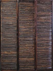 Efektowny parawan 3-częściowy. Wykonany na stabilnej drewnianej ramie, wypełnionej bambusem. Segmenty parawanu połączone metalowymi zawiasami. ...