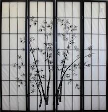 Czterosegmentowy parawan w ciemnej kolorystyce ramy oraz grafiki przedstawiające motywy roślinne. Segmenty połączone zawiasami.