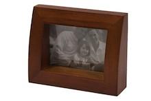 Prosta i bardzo gustowna ramka na zdjęcia może się pięknie prezentować na biurku w gabinecie czy na komodzie w salonie. Z łatwością wkomponuje się do...