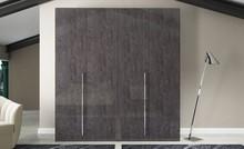 Szafa 4- drzwiowa PRESTIGE MODERN z płyty MDF, która jest lakierowana na wysoki połysk w kolorze bursztynowego brązu. Szafa wyposażona jest w metalowe...