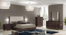 Rama łóżka PRESTIGEMODERN o wymiarach 180/200cm, wykonana z płyty MDF i lakierowane na wysoki połysk, wezgłowie tapicerowane wysokiej...