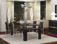 Nowoczesny włoski lakierowany stół z kolekcji ARMONIA BLACK. Wykonany jest z płyty MDF oraz lakierowany na wysoki połysk. Zdobienia przy stole...