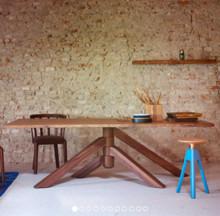 Idelany stół do designersko urzadzonej jadalni lub sali konferencyjnej. Blat stołu wykonany jest z wysokiej jakości fornitu orzecha włoskiego...