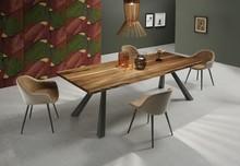 Stół Zeus 200 z blatem drewnianym w kolorze: dąb naturalny lub kora orzechu. Podstawa stołu jest metalowa, malowana w kolorze grafitowym lun białym....