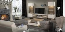 Szafka RTV. Szafka pod telewizor składa się z dwóch szafek zamykanych lakierowanymi frontami oraz otwartej półki, przedzielonej...