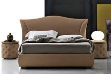 MADDALENA posiada elegancki, sinusoidowy kształt, który nadaje charakteru klasycznemu kształtu. Łóżko MADDALENA tapicerowane jest ekoskórą Soft....