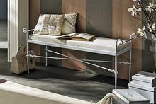 AURORA to ławka, która pochodzi z kolekcji Klasycznej od włoskich producentów Target Point.<br />Ławka wykonana z kutego żelaza z...
