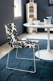 CHERRY to krzesło zaprojektowane i wyprodukowane przez znaną włoską firmę meblarską Target Point.<br />Krzesło z chromowaną ramą obitą tkaniną...