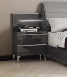 Szafka nocna ELITE GREY 2-szufladowa, wykonana z płyty MDF w kolorze szarej brzozy i lakierowana na wysoki połysk. Uchwyty i nóżki są metalowe i...