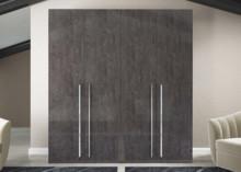 Szafa 4-drzwiowa z kolekcji ELITE GREY, wykonana z płyty MDF i lakierowana w całości na wysoki połysk w kolorze szarj brzozy. Uchwyty są metalowe...