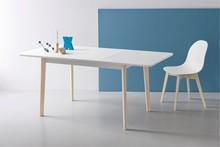 DINE to rozkładany stół z lekko zaokrąglonymi nogami i lakierowaniem od spodu. Fornirowany blat z prostymi krawędziami i zaokrąglonymi...