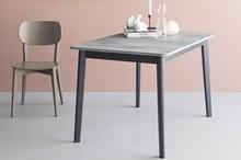 DINE to rozkładany stół z lekko zaokrąglonymi nogami i lakierowaniem od spodu. Fornirowany blat 109/68cm z prostymi krawędziami i zaokrąglonymi...