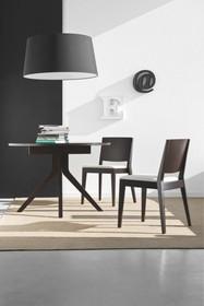 OREGON to rozkładany stół wykonany z drewna bukowego oraz posiadający blat z hartowanego szkła. Centralna baza stołu odchodzą cztery nogi....