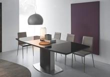 SYDNEY to stworzony z metalu i szkła rozkładany stół. W centralnym punkcie stołu, na jego wewnętrznej części znajduje się metalowa podpórka, filar...