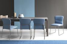 FRIDA wyściełane krzesło z metalową ramą i nóżkami. Zaokrąglony kształt i specjalna wyściółka w oparciu zapewniają wygodne i...