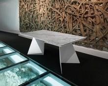 Euclide A to stół prostokątny, który dzięki swoim sporym wymiarom oraz możliwości dołączenia dwóch przedłużek może pomieścić od 8 do 12 osób....
