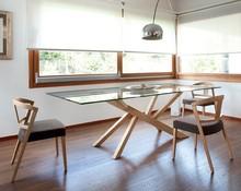 TREE to stół prostokątny, stworzony z drewna jesionu. Blat stołu został zrobiony ze szkła hartowanego bądź (do wyboru) laminowanego drewna...