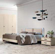 Łóżko ALTEA o powierzchni spania 160/200cm z tapicerowanym wezgłowiem miękką eko skórą w kolorze kremowym i brązowymi przeszyciami. Rama...