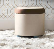 Włoska pufa ALTEA tapicerowana miękką eko skórą w kolorze kremowym. Pufa dodatkowo ozdobiona jest przy siedzisku lamówką w kolorze...