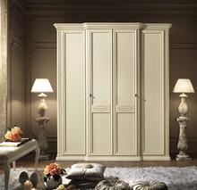 Szafa 4- drzwiowa SIENA NIGHT AVORIO wykonana z forniru lipowego i wybarwiana na kolor kremowy. Wszystkie zdobienia szafy wykonane sa ręcznie i stylowo...