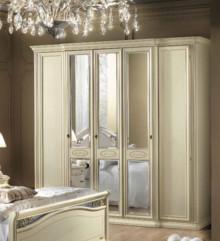 Włoska szafa 5- drzwiowa SIENA NIGHT AVORIO wykonana z forniru drewna lipowego i wybarwiana na kolor kremowy. Wzystkie zdobienia szafy sa wykonane ręcznie i...