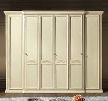 Szafa 6 - drzwiowa SIENA NIGHT AVORIO wyonana z forniru drewna lipowego i wybarwiana na kolor kremowy. Wszystkie zdobienia szafy są wykonane ręcznie i...