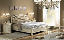 Łóżko SIENA NIGHT AVORIO z tapicerowanym i pikowanym wezgłowiem, miękką eko skórą w kolorze kremowym. Łóżko wykonane jest z...