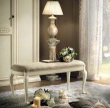 Ławka z kolekcji SIENA NIGHT AVORIO wykonana z drewna lipowego i malowana na kolor kremowy, a siedzisko tapicerowane jest miękką eko skórą w kolorze...