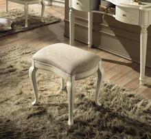 Pufa z kolekcji SIENA NIGHT AVORIO wykonana z drewna lipowego i malowana na kolor kremowy. Siedzisko tapicerowane jest miękką kremową eko...