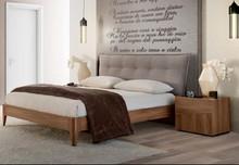 Łóżko STORM o wymiarach 160/200cm wykonane z płyty laminowanej uszlachetnionej o porowatej strukturze w kolorze tabacco.Wezgłowie łóżka...