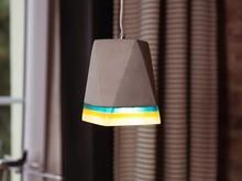 <b>Nowoczesna, designerska lampa wisząca z ciekawymi akcentami kolorystycznymi</b><br>Ta nowoczesna lampa wisząca od razu przyciąga uwagę...