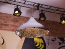 <b>Modna, designerska lampa chromowana z mozaiką z tłuczonego szkła</b><br>Zgrabną, okrągłą formę modnej lampy wiszącej dopełnia...